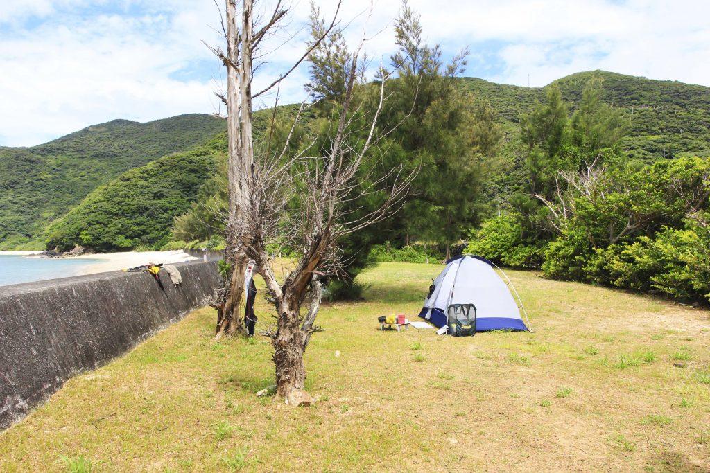 海の近くでキャンプ